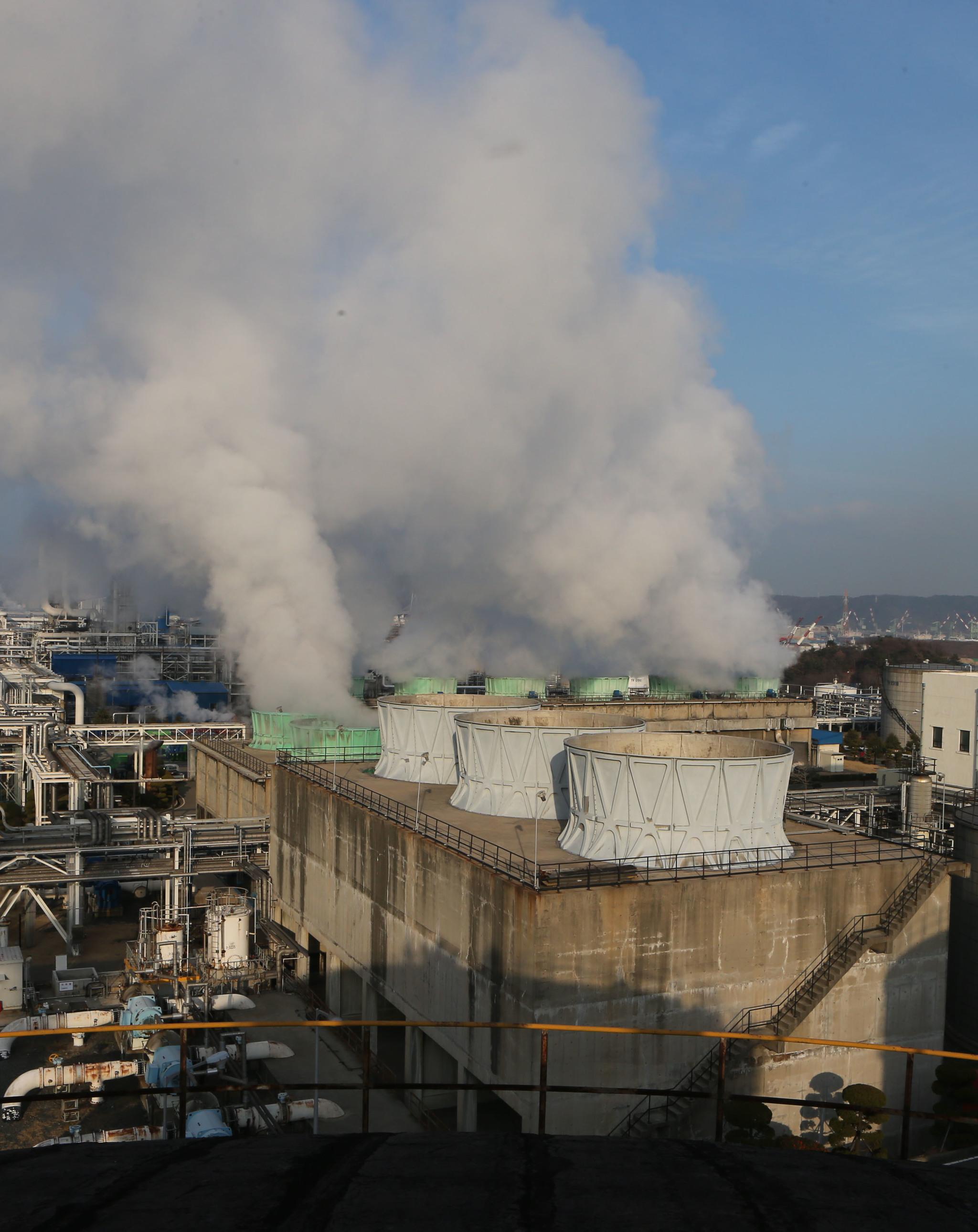 사진은 울산 석유화학공단. 이르면 2019년 부산·울산권역, 여수·광양·순천권역에 '대기오염 총량 관리'가 시행된다. 대규모 공장별로 배출할 수 있는 대기오염 물질 총량이 할당돼 이를 넘기면 다른 공장에서 배출권을 사야 한다.[중앙포토]