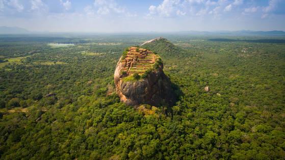 정글 한 가운데 우뚝 솟은 시기리야 바위. 꼭대기에 고대 도시가 세워졌던 흔적이 남아있다. 세계 8대 불가사의로 꼽히는 스리랑카 대표 유적지다.