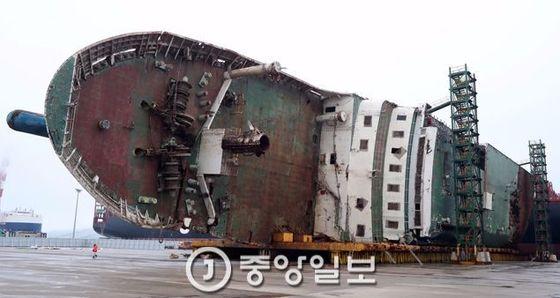 세월호가 목포신항 철재부두에 누워있다. 최정동 기자