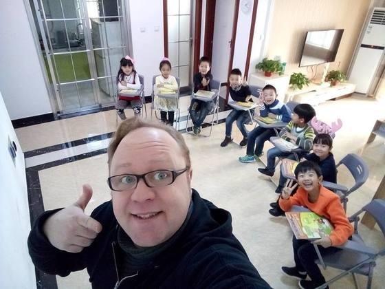 프랑스인 교사가 중국 시안에서 한국 유아동 교육 동영상 '핑크퐁'을 이용해 영어 수업을 하고 있다. [사진 플로리안 마르퀘트]