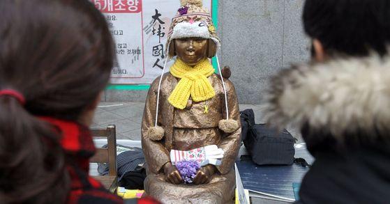 3일 서울 중학동 주한 일본대사관 앞 위안부 소녀상 주위에 한일 위안부 협상에 반대하는 '평화나비' 회원들이 소녀상을 지키고 있다. [중앙포토]