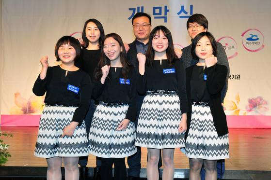 정규리그 1위를 차지한 포항포스코켐텍 이영신 감독(맨 오른쪽)과 선수·관계자들. [사진 한국기원]