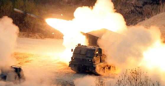 2017 통합화력격멸훈련이 지난달 26일 오후 경기도 포천 육군승진과학화훈련장에서 열린 가운데 다연장로켓(MLRS)이 발사되고 있다. [사진공동취재단]