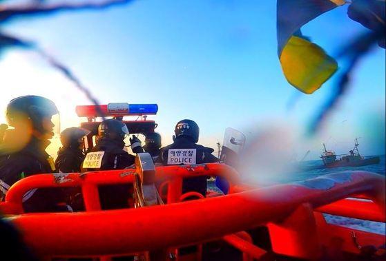 태양해양경비안전서 해경대원들이 불법조업 중국어선에게 정선명령을 내린 뒤 고속단정으로 추격하고 있다. [사진 태안해경]