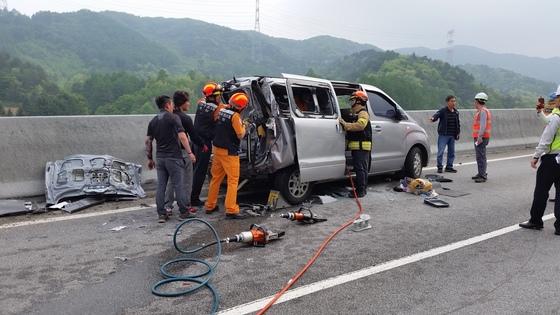 고속버스와 승합차 추돌로 4명이 숨진 영동고속도로 사고 현장 모습. [사진 강원소방본부]