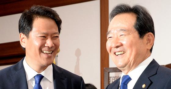 정세균 국회의장(오른쪽)이 11일 서울 영등포구 여의도 국회를 내방한 임종석 신임 대통령 비서실장을 만나 악수를 나누고 있다. [뉴시스]