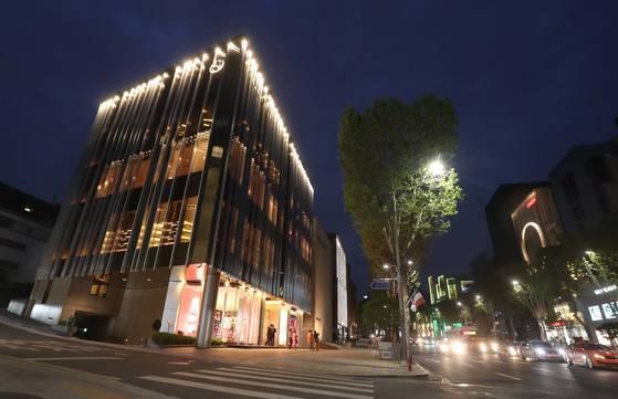 갤러리아 명품관부터 청담사거리를 일컫는 서울 청담동 명품거리. 해외 유명 브랜드들의 단독 매장이 모여 있어 고급 패션과 쇼핑의 중심지로 꼽힌다. 김상선 기자.