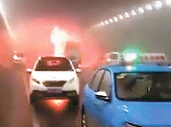 중국 산둥성 웨이하이시의 한 터널 안에서 일어난 유치원 통학버스 사고 현장. 이 사고로 한국 국적의 어린이 등 12명이 사망하고 1명이 중상을 입었다. 버스는 쓰레기 운반 차량을 들이받은 뒤 출입구 쪽에서 불이 나기 시작 , 27분 만에 전소됐다. 아이들은 유독성 연기에 질식돼 탈출하지 못했다. [중국 웨이보 화면 캡처]