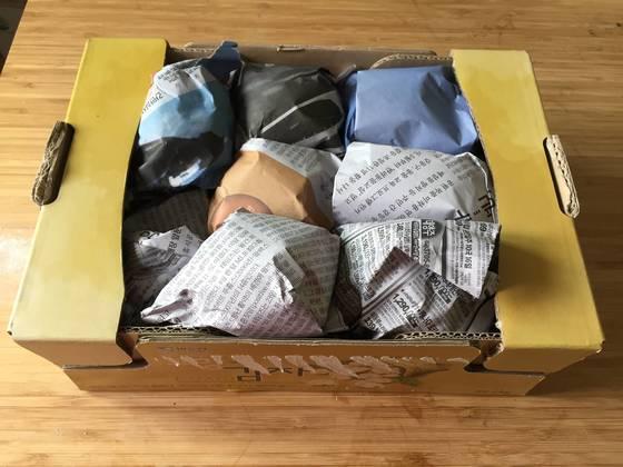 한 알씩 신문지로 감싼 감자는 종이 박스에 차곡차곡 쌓아 그늘진 곳에서 보관한다.