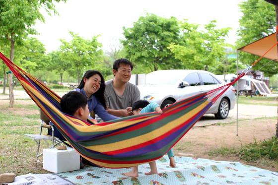 경기도 가평군 북한강 상류 자라섬 캠핑장에서 한 가족이 캠핑을 즐기고 있다. [사진 가평군]