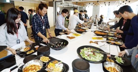 서울 삼성동에 위치한 위드이노베이션 구내식당에서 직원들이 점심식사를 즐기고 있다. 회사 직원은 물론 지인들에게도 무료로 식사를 제공한다