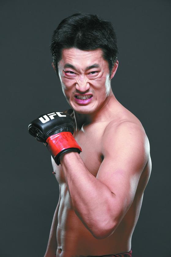 한국 UFC 1호 파이터 김동현은. 남자에겐 펀치를 날리고, 여자에겐 무좀균을 전하는 격투기 선수, 김동현(35). 2008년 UFC에 데뷔해 8년간 16경기를 치르며 127만 달러(약 15억원)의 상금을 벌어들인 김동현. 한국 최초이자 최고의 UFC 파이터다.  [사진제공=게티이미지]