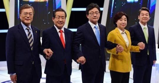 지난 2일 열린 대선후보 TV토론에 참가한 5명의 대선 후보가 토론에 앞서 포즈를 취하고 있다. 문재인 대통령을 포함한 4명의 후보가 수능 절대평가화를 지지하는 입장이었다. [중앙포토]