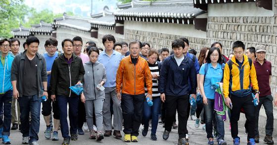 문재인 대통령이 당선 후 첫 토요일인 13일 오전 대선당시 캠프 '마크맨'을 담당했던 기자들과 북안산 산행을 했다.