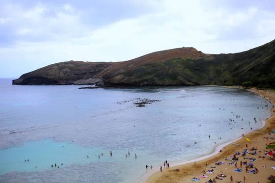하와이 제도의 주도인 오아후의 매력은 다채로운 해변을 경험할 수 있다는 데 있다. 아름다운 물빛으로 유명한 하나우마 베이.
