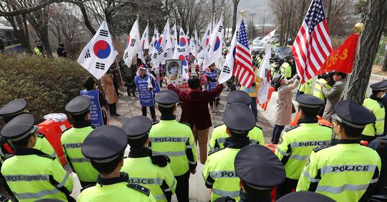 박근혜 전 대통령 탄핵을 반대하는 사람들이 지난 4월 4일 오전 서울구치소 앞에서 탄핵반대 시위를 하고 있다. 사진 김경록 기자