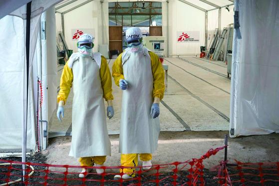 아프리카에서 에볼라 치료에 나섰던 국제구호단체 '국경없는 의사회' 의료진들. 감염을 막기 위해 장갑과 마스크, 전신보호복 등을 갖춰 입었다. [사진 국경없는 의사회]