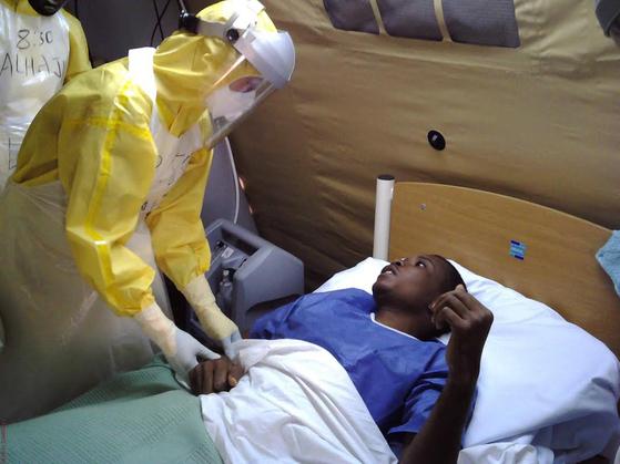 지난 2014년 에볼라가 유행하던 시에라리온에 파견된 우리나라의 해외긴급구호대 의료진이 에볼라 치료센터(ETC)에서 환자를 진료하고 있다. [사진 외교부]