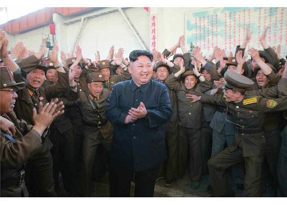 북한은 15일 신형 지상대지상 중장거리 미사일 '화성-12'형을 발사했다고 주장했다. [사진 노동신문]