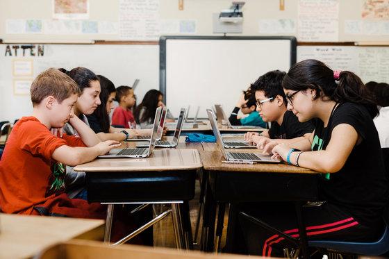 미국의 한 초등학교 학생들이 구글 크롬북과 구글교육용 앱으로 공부하고 있다. [사진 뉴욕타임스]