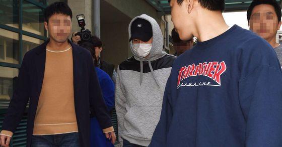 가수 겸 배우 박유천이 마스크로 얼굴을 가린 채 강남구청을 나서고 있다. [중앙포토]