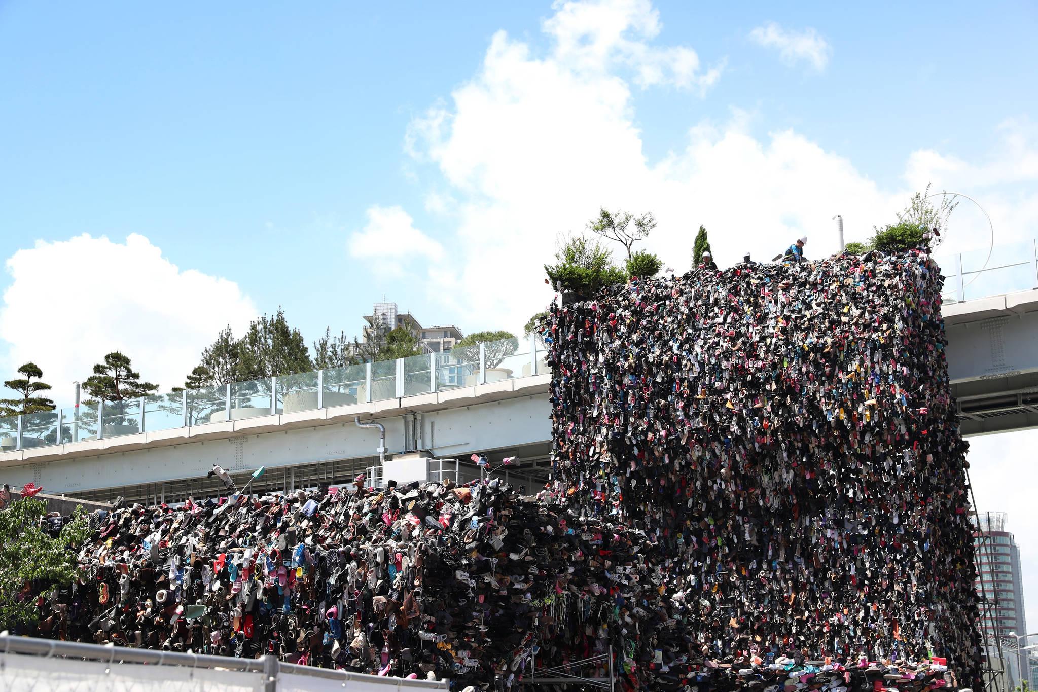 서울로 7017에 14일 황지해 작가의 슈즈트리가 설치되고 있다. 장진영 기자