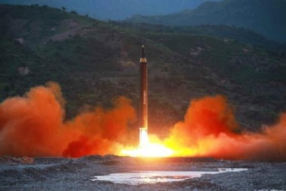 북한이 15일 공개한 신형 지상대지상 중장거리 미사일 '화성-12'의 발사 모습. [사진 노동신문]