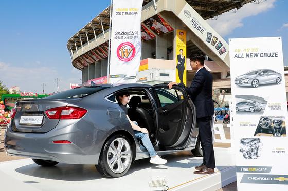 한국지엠은 인천 문학경기장에 쉐보레 전시대를 살치하고 신차 홍보에 나섰다.