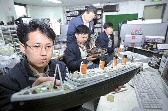 1998년 아카데미과학 개발팀 연구원들이 타이타닉호 모형의 조립 상태를 조사하고 있다. [중앙포토]