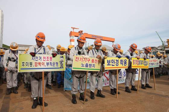 15일 삼성중공업 거제조선소에서 전 직원이 참석한 안전결의 대회가 열렸다. 직원들이 목숨을 잃은 동료들을 위해 묵념을 하고 있다. [사진 삼성중공업]