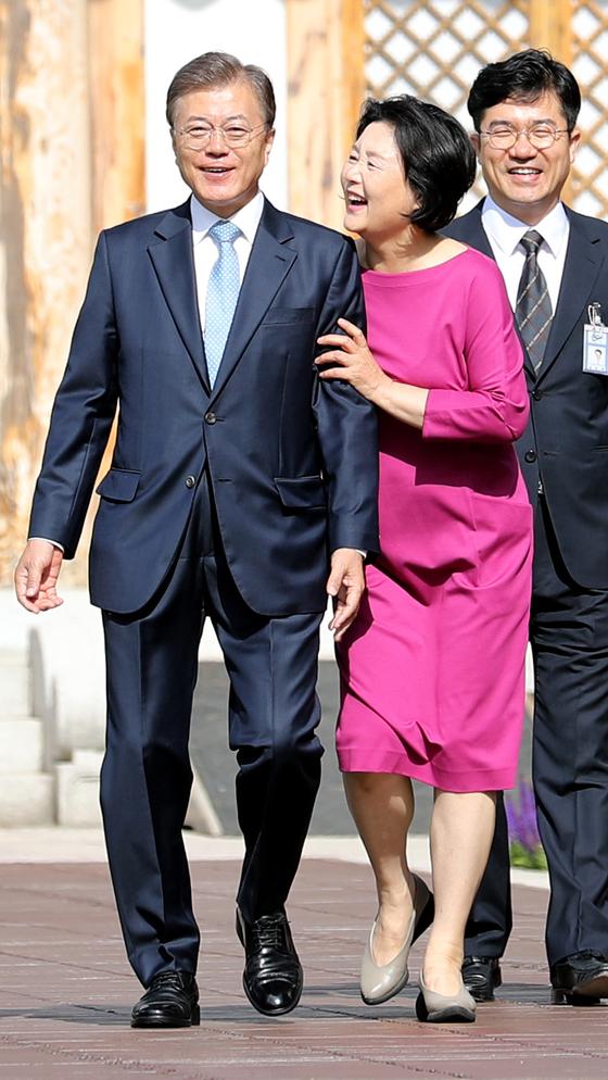 문재인 대통령이 15일 부인 김정숙 여사의 배웅을 받으며 관저에서 첫 출근을 하고 있다. 청와대사진기자단
