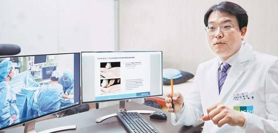 민병원 김혁문 원장이 하지정맥류의 원인과 다양한 치료법의 원리에 대해 설명하고 있다.
