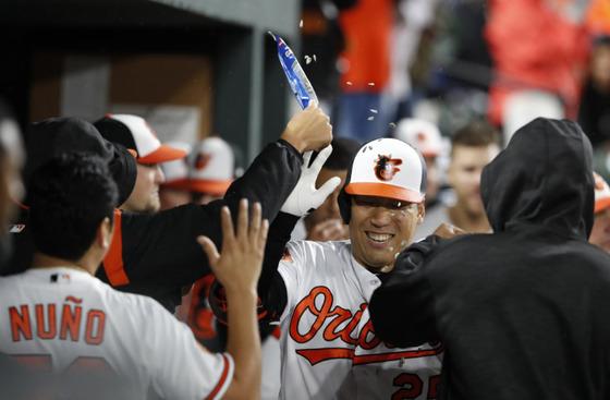 시즌 첫 홈런을 친 뒤 동료들의 축하를 받고 있는 김현수 [볼티모어 오리올스 트위터 캡처]