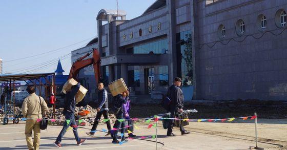 북한 전문 매체 데일리NK는 15일 대북 소식통을 인용해 북한이 이달 부터 중국 상인에 통행세 등의 명목으로 매번 16만원의 세금을 징수하고 있다고 보도했다. 아무르강 상류에 위치한 중국 헤이허의 출입국 관리사무소 모습. [중앙포토]