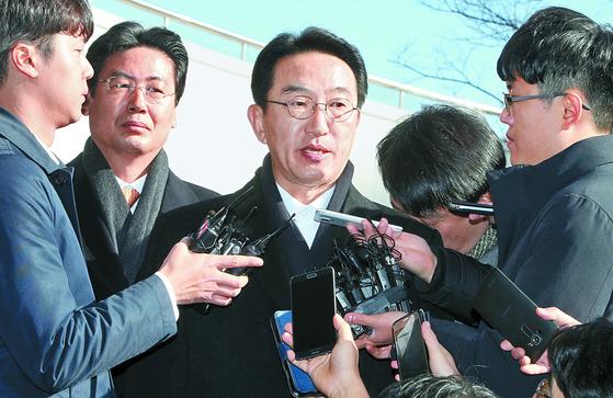 현기환 전 청와대 정무수석이 지난해 11월 29일 부산지검에 들어서며 취재진의 질문에 답하고 있다. 송봉근 기자