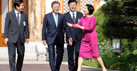 문재인 대통령이 15일 오전 청와대 관저에서 거처를 옮긴 후 집무실로 첫 출근을 하며 김정숙 여사의 배웅을 받고 있다. [뉴시스]