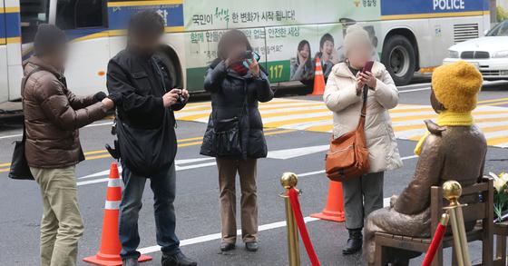 일본인 관광객이 서울에서 '소녀상'을 촬영하고 있다. [중앙포토]