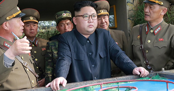 김정은 북한 노동당 위원장이 연평도 인근의 장재도 방어대를 현지지도했다고 북한 조선중앙통신이 지난 5일 보도했다. 김정은이 연평도를 바라보고 작전시지를 하고 있다. [사진 노동신문]
