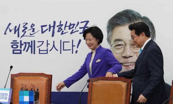 전병헌 신임 청와대 정무수석이 15일 오전 국회에서 추미애(왼쪽) 더불어민주당 대표을 예방했다. 오종택 기자 .