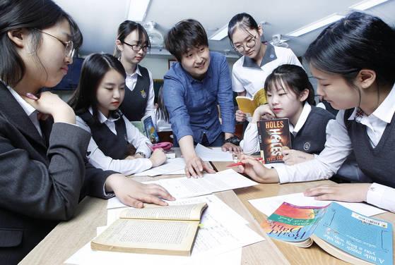 대구 정화여고 1학년 영어 수업에서이재민 교사(가운데)와 학생들이 영어원서 내용에 관해 이야기를 나누고 있다. 이 학교는 일반고로는 드물게 영어원서 수업을 한다.[대구=프리랜서 공정식]