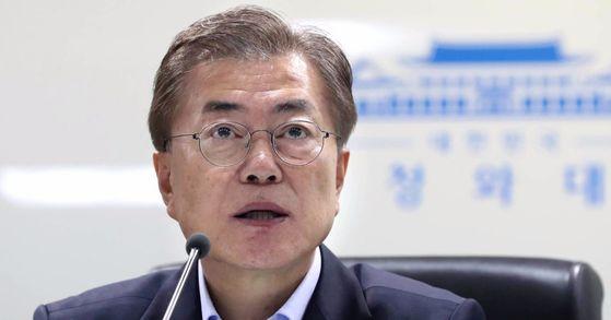 문재인 대통령은 전국 전국 1만1000여 곳 초중고에 간이 미세먼지측정기를 설치하겠다고 밝혔다. [중앙포토]