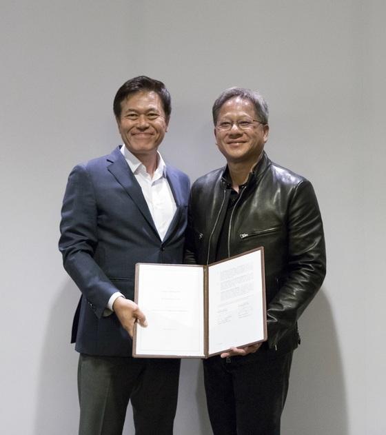 SK텔레콤 박정호 사장(왼쪽)과 엔비디아 젠슨 황CEO는 12일 미국 새너제이에서 자율차 공동 개발을 위한 전략적 협약을 체결했다. [사진 SK텔레콤]