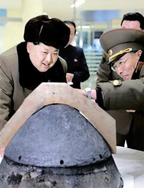 지난해 3월 북한의 탄두부(재진입체) 대기권 재진입 환경 모의시험을 참관 중인 김정은 노동당 위원장이 탄두부를 살펴보는 모습. 탄두부 내 텔레메트리는 각종 데이터를 지상 관제센터로 보낸다. [중앙포토]