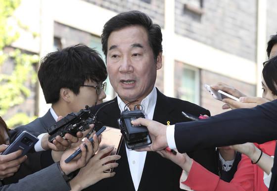 이낙연 국무총리 후보자는14일 오후 서울 종로구 통의동 금용감독 연수원 임시 사무실로 첫 출근했다. 임현동 기자