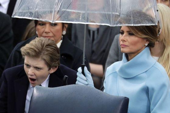 도널드 트럼프 미국 대통령의 막내아들 배런(왼쪽)과 영부인 멜라니아 여사. [사진 AP=뉴시스]