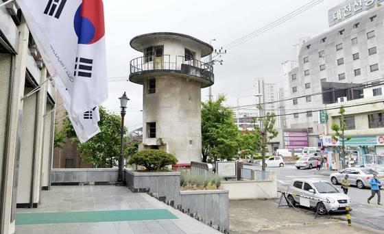 대전시 중구 중촌동에 위치한 옛 대전형무소 망루.대전시는망루 앞에 안창호·여운형 선생 등 독립운동가의 동상을 세우고 우물 주변을 정비해 공원으로 만들기로 했다. [프리랜서 김성태]