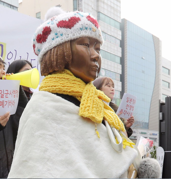 부산 동구 일본영사관 앞에 세워진 '평화의 소녀상'. 송봉근 기자