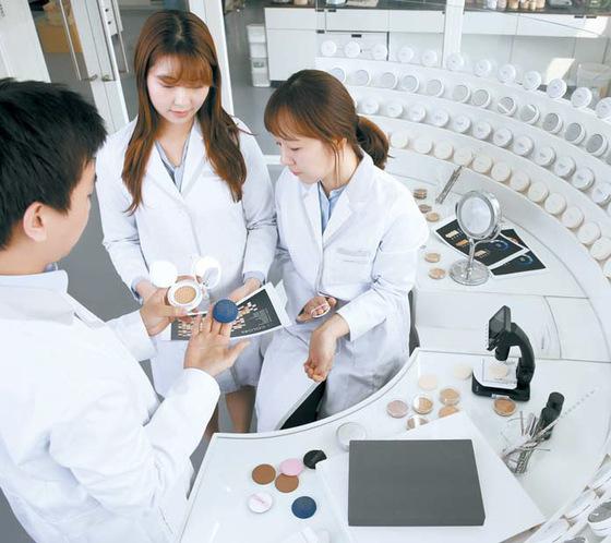 쿠션 전문 연구 조직 C-Lab 연구원들. 실험 장면은 모두 실제 진행되는 조건을 바탕으로 구성됐다.