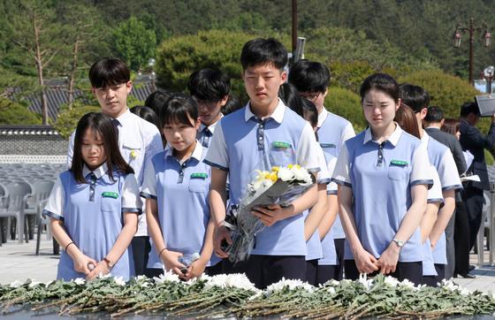 37주기 5·18기념식을 하루 앞둔 17일 광주광역시 국립5·18민주묘지에 참배객들의 행렬이 이어지고 있다. 프리랜서 장정필