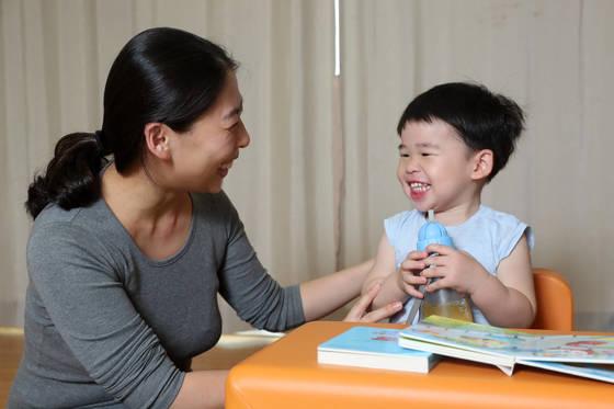 최윤정(40)씨가 15일 집에서 3세아들과 함께 시간을 보내고 있다. 최씨는 늦은나이에 임신했지만 별문제 없이 출산했고 아이도 건강하다. 강정현 기자